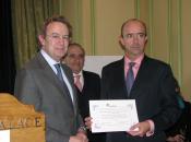 El Consejero de Sanidad de la Comunidad de Madrid recibe el Premio de manos de l