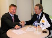 Tom e Ignacio se felicitan mutuamente por la firma del convenio