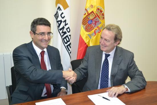 Santiago Martin e Ignacio Para se felicitan tras la firma del convenio