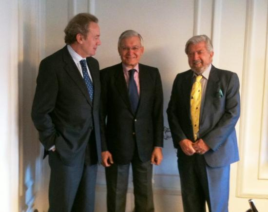 Los presidentes de ambas instituciones junto al secretario general de la Fundaci