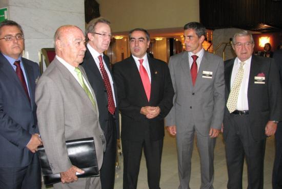 Los organizadores del encuentro con el secretario general de sanidad