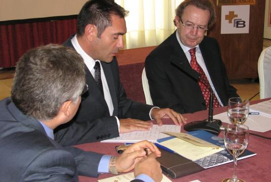 Francisco García, Director de  Relaciones Institucionales de Pfizer, se dirige a