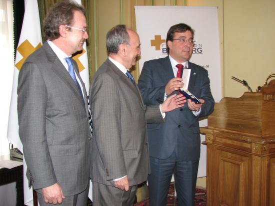 La entrega de la Medalla por los Presidentes de la Fundación